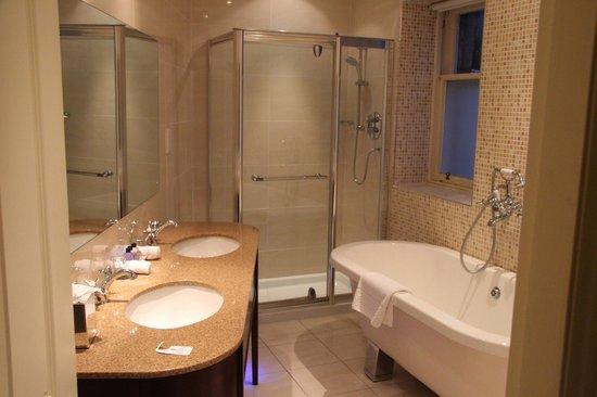 Macdonald Pittodrie House: bathroom