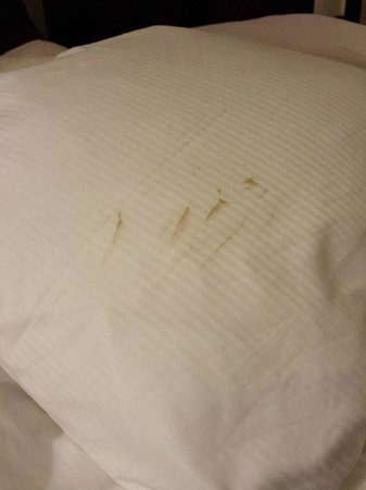 NH Geneva Airport: Dirty pillowcase