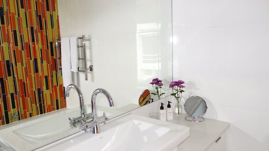 CUBE Guest House: Bathroom Corner Suite