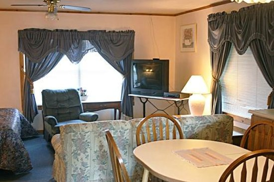 Water's Edge Motel: Living Room Suite