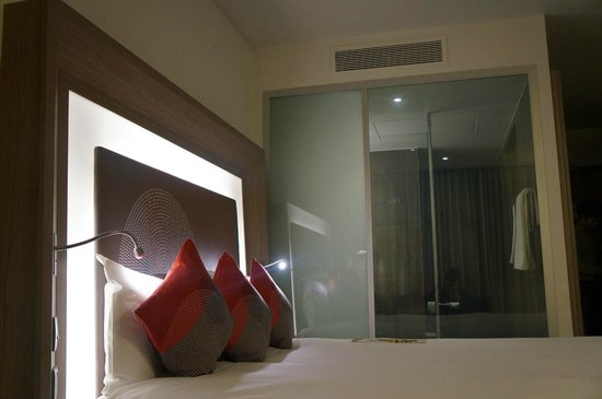 Novotel London City South : bed and shower