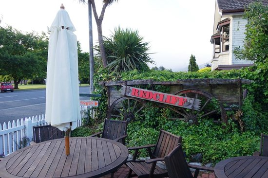 Redcliff Restaurant & Bar: out door seating