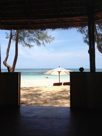 Nosy Saba Island Resort: plage vue du bungalow