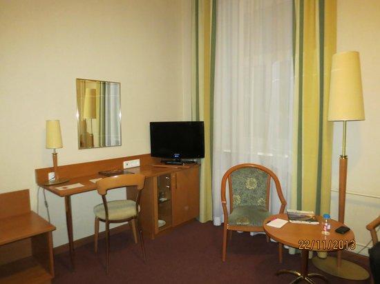 Hotel Oktyabrskaya : Интерьер номера.