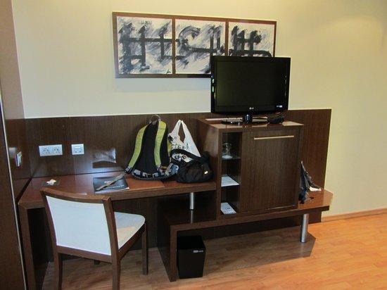 Hotel Acta Atrium Palace: Room desk and TV
