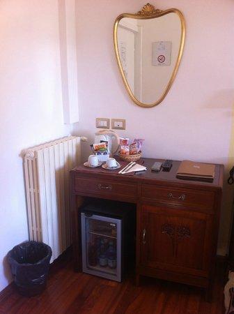 Primavera Mini Hotel: scrivania