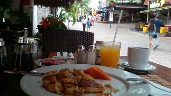 Los Tulipanes Restaurante, Bar & Cenote: pancakes and seating on 5th ave
