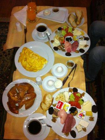 Anatolian Houses: odamızda sabah kahvaltısı :) harıkaydı