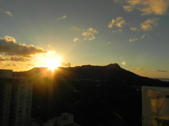 Aston Waikiki Beach Hotel: Sunrise over Diamond Head from Lanai
