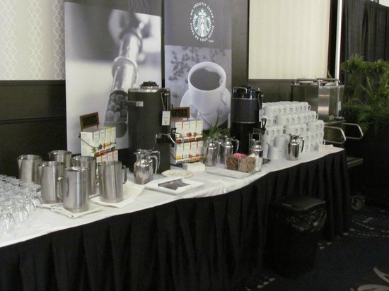 Delta Edmonton South Hotel & Conference Centre : มุมกาแฟ น้ำ และน้ำผลไม้