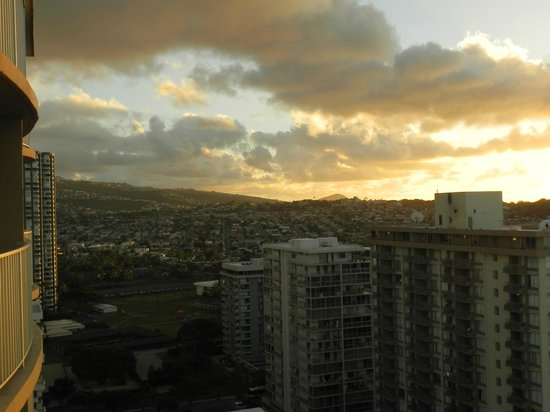 Aston Waikiki Beach Hotel: View of town from our Lanai
