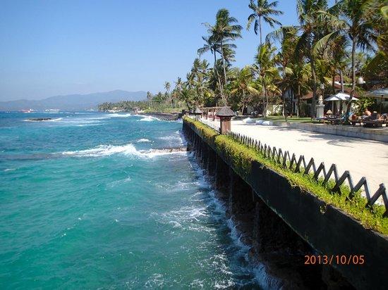 Rama Candidasa Resort & Spa: beach view from catwalk