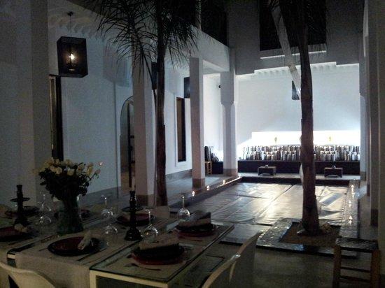 Riad First : salle à manger au bord de la piscine