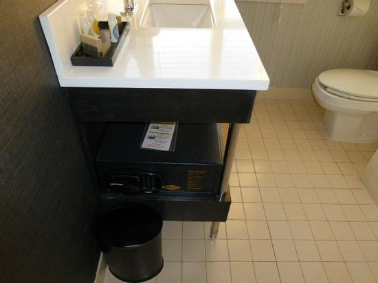 Georgetown University Hotel and Conference Center : Safe in bathroom