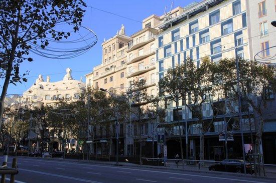 Hotel Royal Passeig de Gracia: Hotel is to the right, La Pedrera to the left.