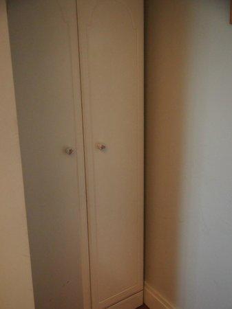 Botanic View B & B: Small closet in single room