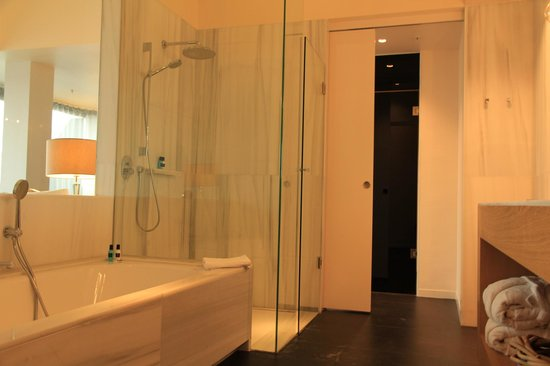 Hotel Royal Passeig de Gracia: Bath, shower and sink.  Toilet a separate room.