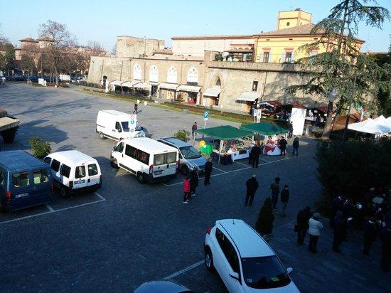Hotel Arnaldo Aquila d'Oro: La piazza davanti all'hotel