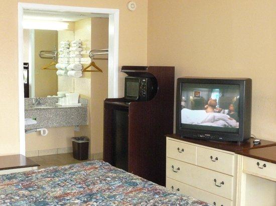 Lakeview Inn Kingston: Room with Micro/Fridge