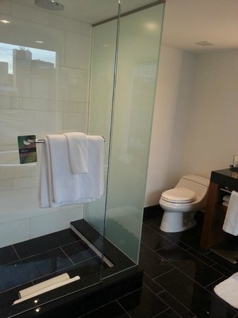 Fairmont Pacific Rim: Bathroom with deluxe shower