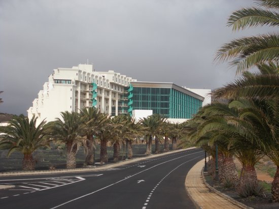 Hotel Beatriz Costa & Spa: hotel from road