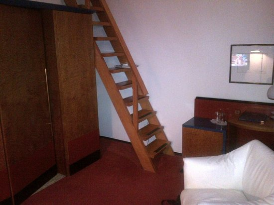 Best Western Hotel Domicil: Ladder leading to the bed