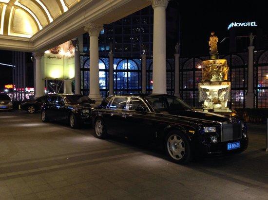 Legendale Hotel Beijing: Grand entrance