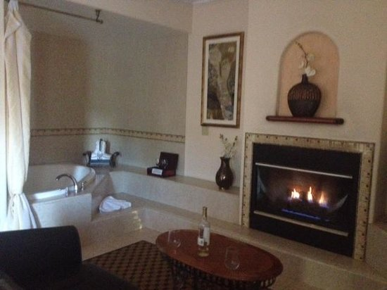 The Eagle Inn: fireplace and jacuzzi