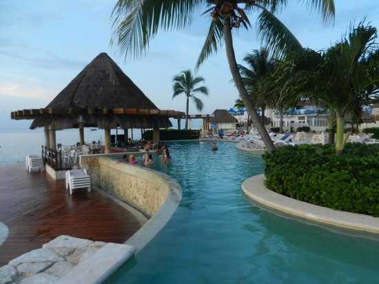 Grand Park Royal Cozumel: Pool Bar and snack area by the beach