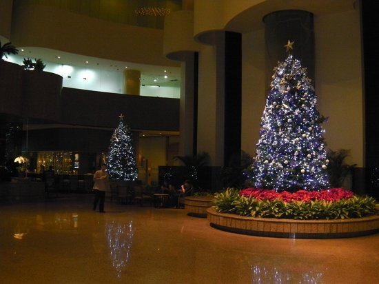 Holiday Inn Singapore Atrium: Xmas trees in lobby