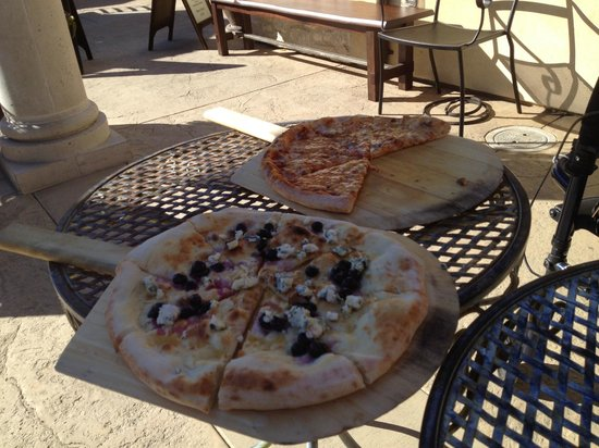 VJB Cellars: Flatbread and Bacon-four-cheese pizza