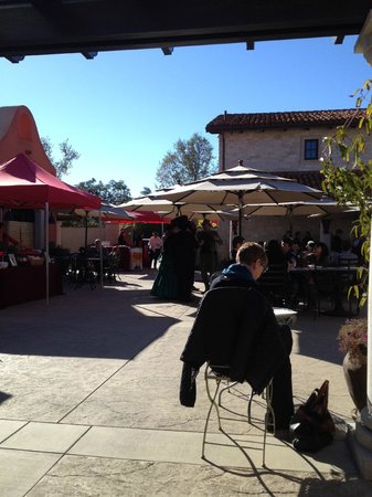 VJB Cellars: Patio and carolers