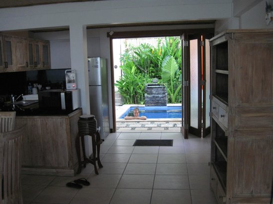 Lembongan Harmony Villas: Looking from Window to our kitchen and pool-Villa 2