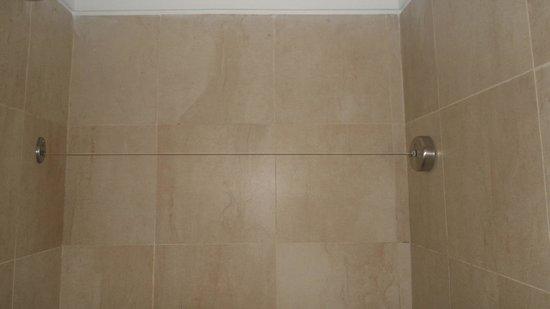 Icaro Suites: varal dentro do banheiro
