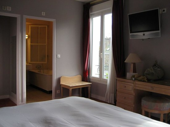 Grand Hotel de Courtoisville : Our double room