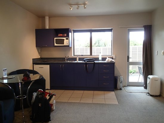 Anchorage Motel Apartments : complete kitchen