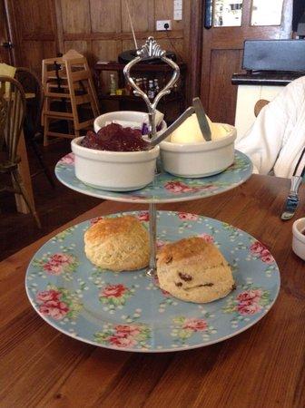 Tudors Cafe & Delicatessen: Lovely cream tea