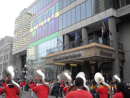 Sheraton New Orleans Hotel : Thanksgiving Day Parade in Front of Sheraton