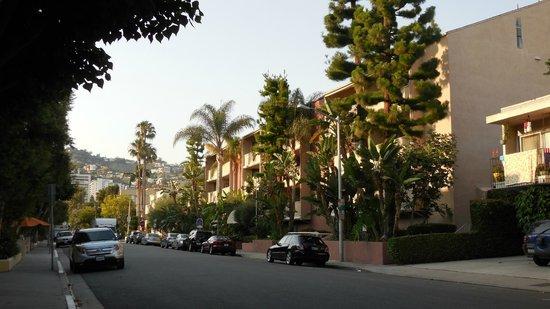 Le Parc Suite Hotel : Vue de la rue de l'hôtel