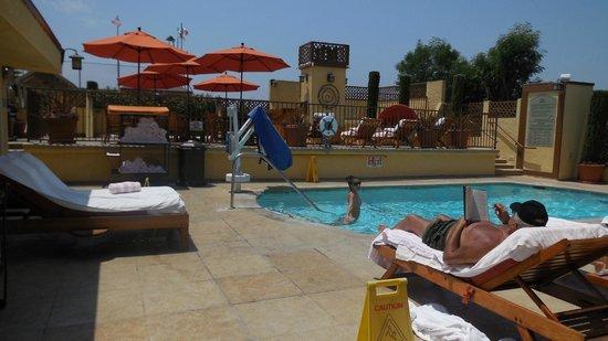 Le Parc Suite Hotel : Espace détente et piscine