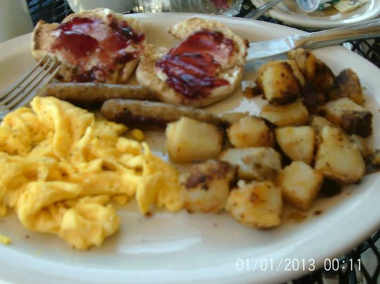 Landmark Lookout Lodge: Our delicious free breakfast on day one,,,,