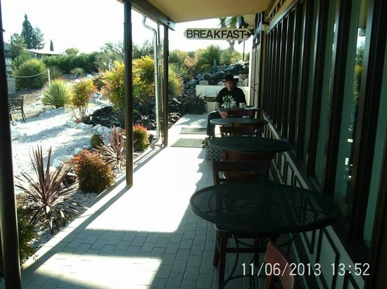 Landmark Lookout Lodge: The awesum outdoor dining patio, at the breakfast restaurant.....