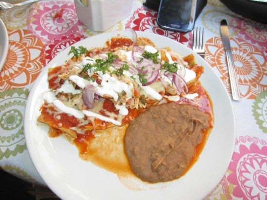 Catrinas Cocina Mexicana: Chilaquiles rojos