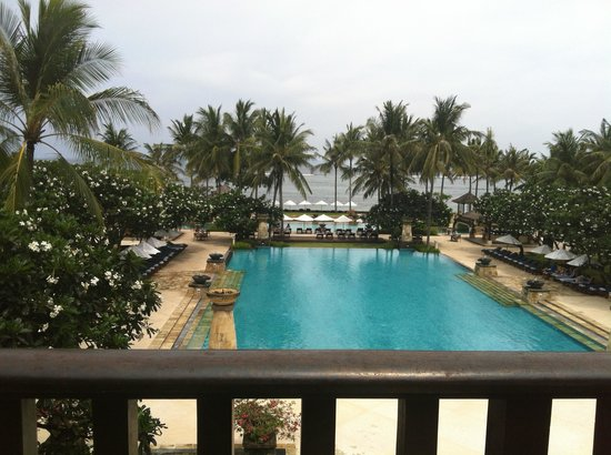 Conrad Bali : Swimming pool view from bar at the lobby deck