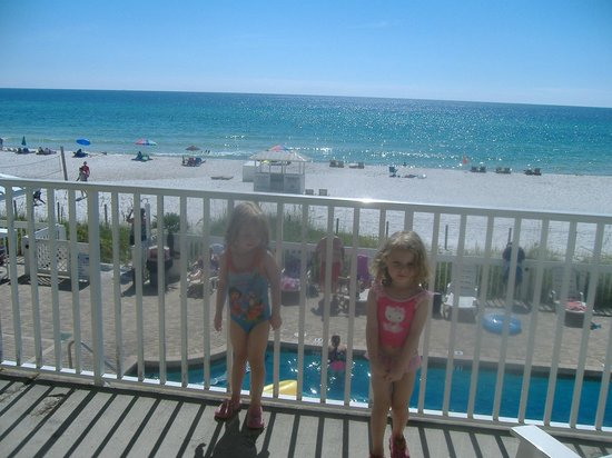 Sugar Sands Inn and Suites: twin daughters on balcony