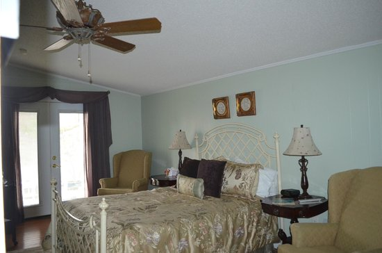 Violet Hill Bed and Breakfast: John Reavls Guest Room