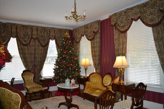 Violet Hill Bed and Breakfast: Christmas in the Parlor