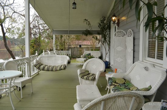 Violet Hill Bed and Breakfast : Back porch with a view of the river/lake