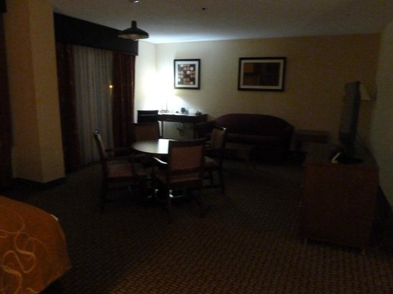 Comfort Suites Raleigh Durham Airport/RTP: Sofa/desk side of the presidential suite