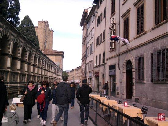 Domus Florentiae Hotel: panorama dalla camera e ingresso dell'hotel